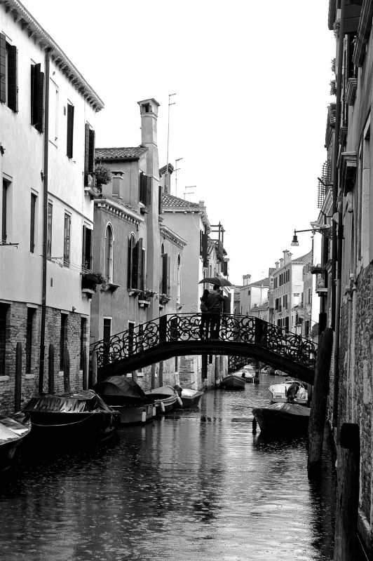 NedeauJa-Lovers-On-a-Bridge-in-Venice_Pho-30x20